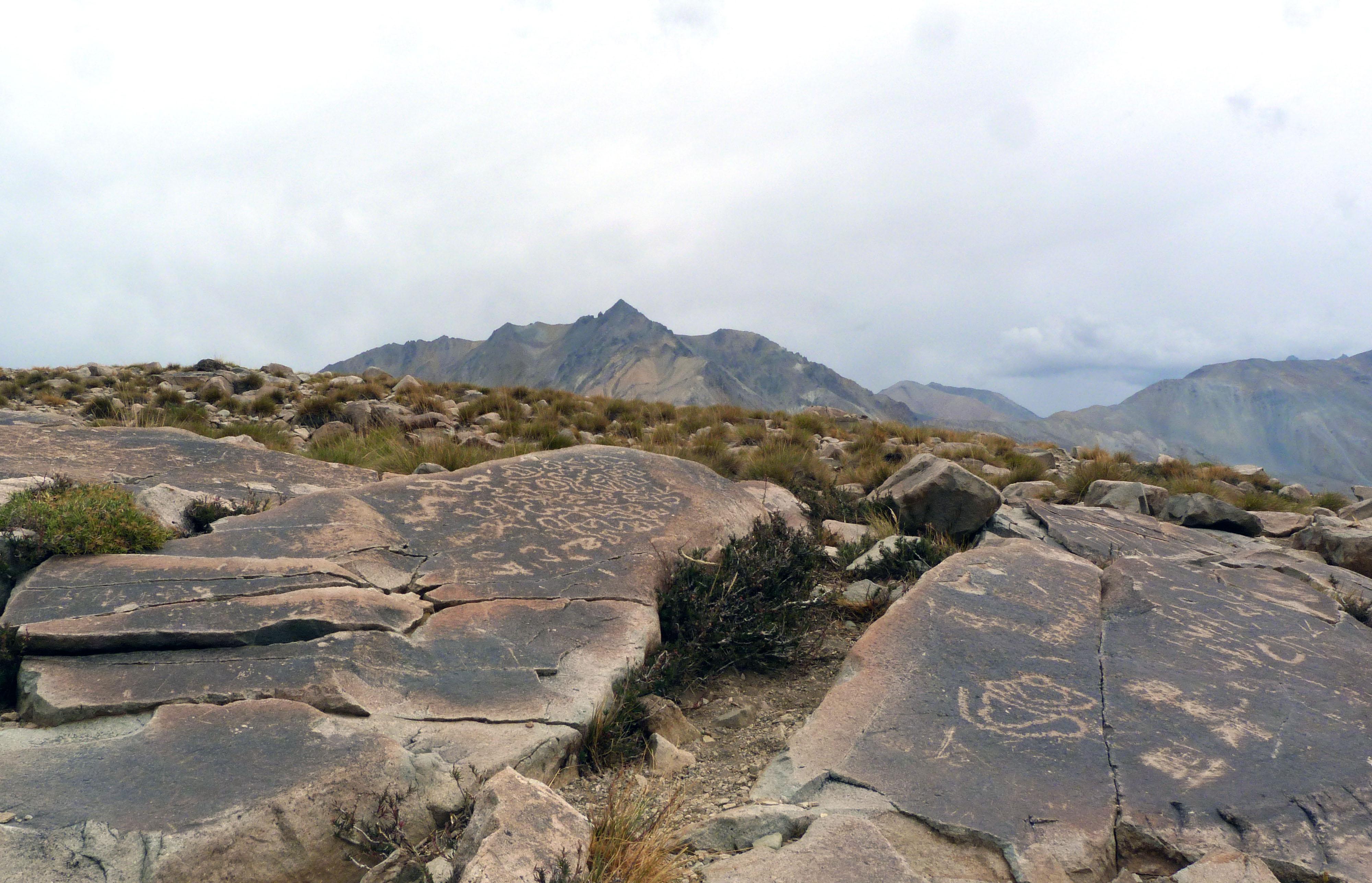 Vista de los grabados en primer plano y de su contexto paisajístico en segundo.